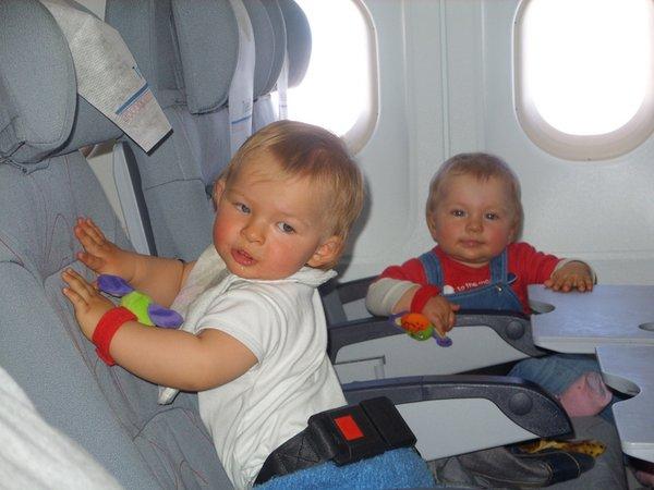 маленькие дети в самолете_лететь на самолете с ребенком_что взять в самолет ребенку_с маленьким ребенком в самолете